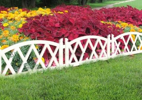 На фото: садовые ограждения из дерева – самый простой вариант, требования к которому сводятся лишь к привлекательному внешнему виду