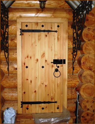 На фото: самодельная дверь в определенной обстановке выглядит намного привлекательнее готовых вариантов