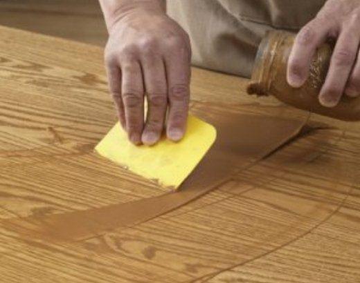 На фото: шпаклевка деревянных поверхностей позволяет вернуть им идеальное состояние