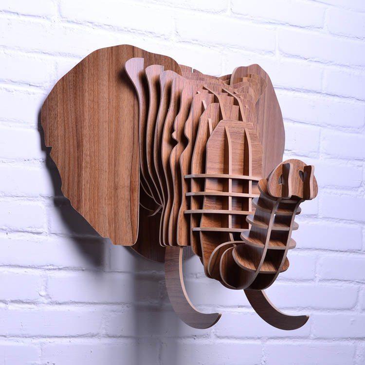На фото слон, собранный и закреплённый на стене