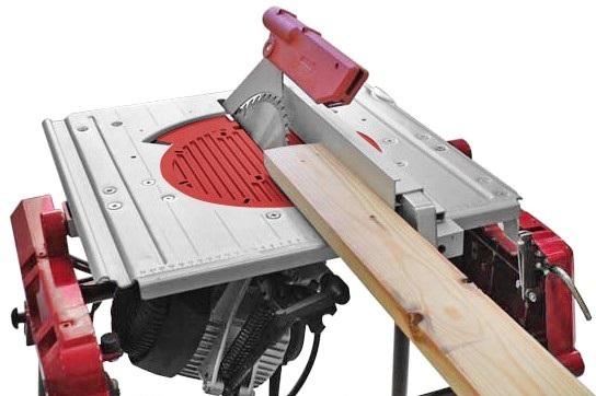 На фото: специальное оборудование позволяет распускать доску под разными углами, но такие установки есть только у тех, кто занимается деревообработкой профессионально, так как их цена очень высока