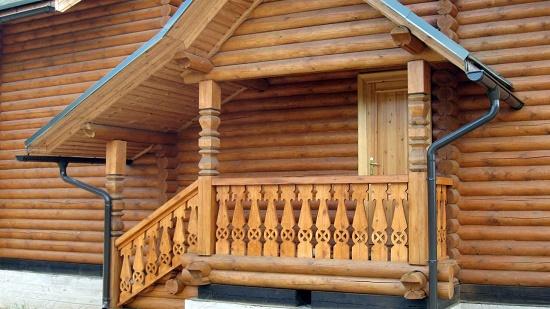 На фото: столбы – традиционный элемент классического славянского зодчества