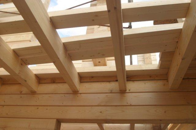 На фото: технология строительства деревянных перекрытий намного проще, чем при использовании других решений, именно поэтому данный вид конструкций наиболее предпочтителен
