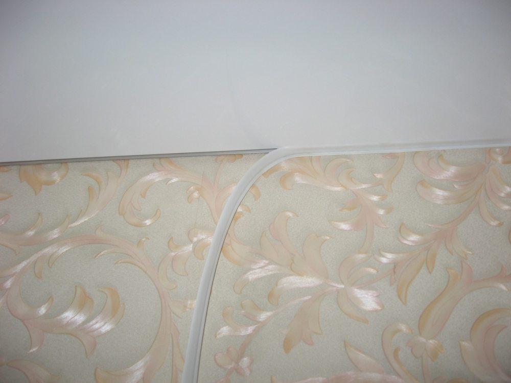 На фото укладка полиуретанового уплотнителя в зазор между натяжным потолком и стеной
