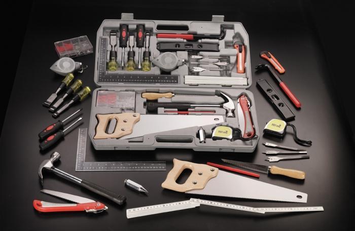 На фото: в продаже можно найти целые наборы ручного инструмента, которые специально предназначены для работ с деревом