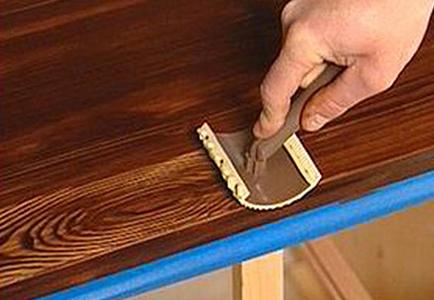 На фото: в процессе работы структура древесины возникает как по волшебству, между тем все очень легко и просто