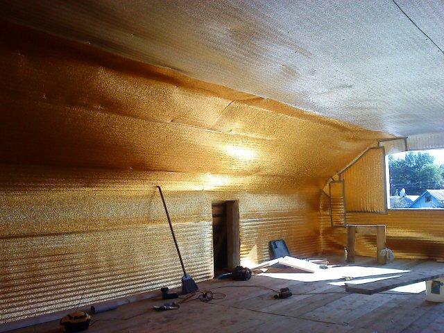 На фото: все работы по теплоизоляции проводятся сразу же после возведения крыши