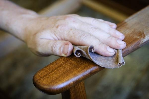 На фото вы можете видеть, как обновить деревянную мебель покрытую лаком