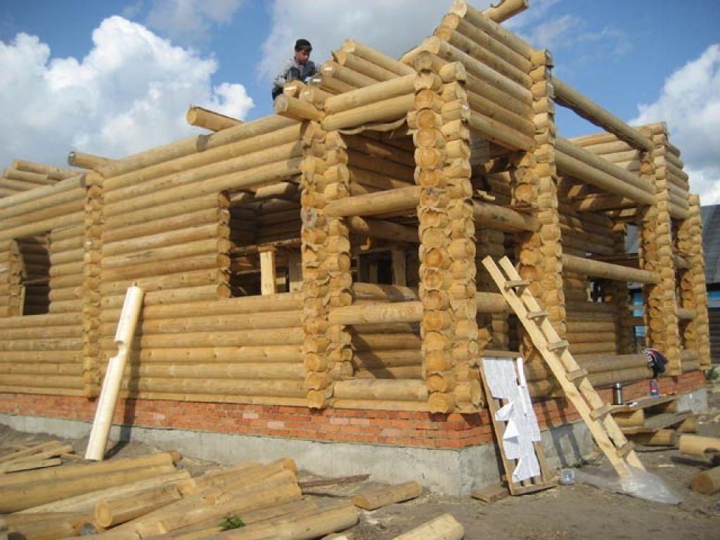 На фото–строительство дома из оцилиндрованного бревна