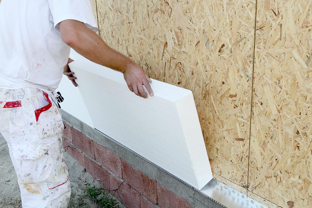Начинать поклейку следует с нижней плиты, которая устанавливается на стартовый профиль из оцинкованной стали.