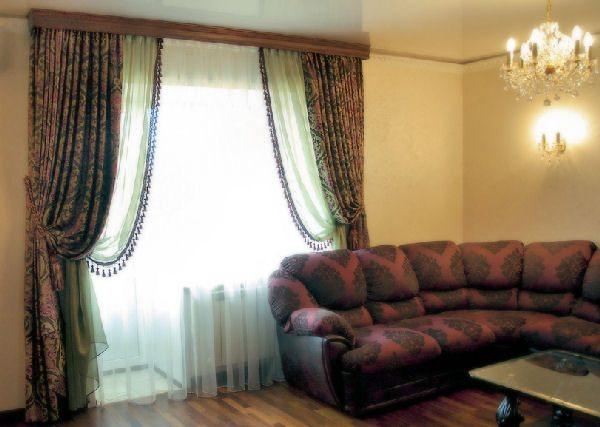 Надетый потолочный багет на карниз позволяет скрыть возможные недостатки места сочетания стены с потолком