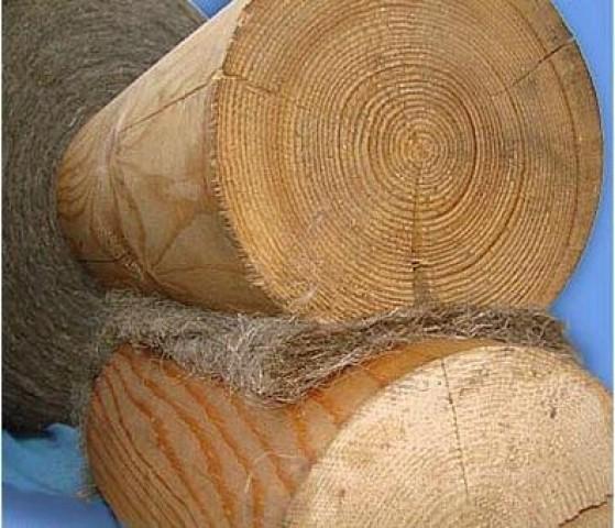 На фото: пакля используется для утепления уже очень давно, но и в наше время не утратила своей актуальности