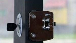 Накладные замки с защелкой для деревянных дверей - удобное решение, если конструкцию нужно часто открывать изнутри