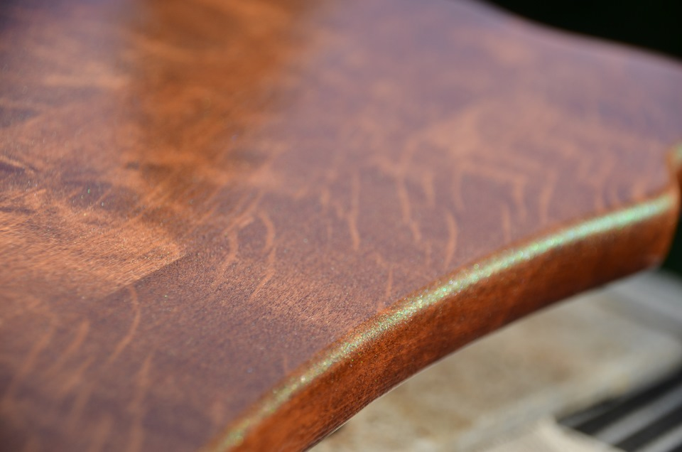 Нанесение первого слоя лака поднимает ворс на поверхности древесины.