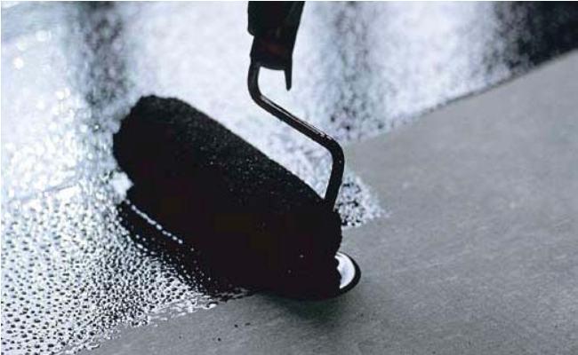 Нанесение покрытия на основе битума.