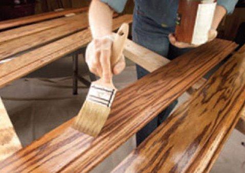 Нанесение пропитки на деревянные ступени с помощью кисти