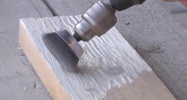 Насадка для браширования древесины, закрепленная в патроне электродрели