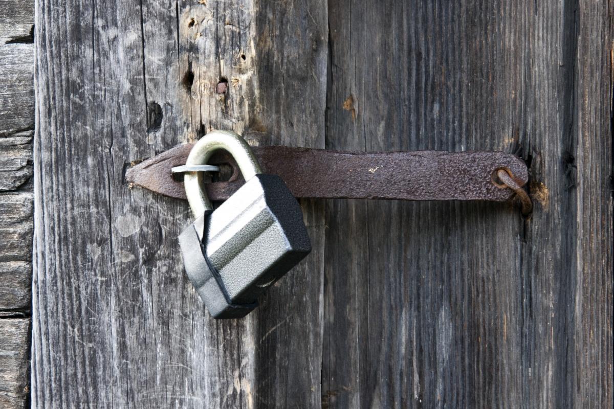 Навесные замки используются только на деревянных дверях сараев и других подобных помещений, хотя несколько десятилетий назад они встречались повсеместно