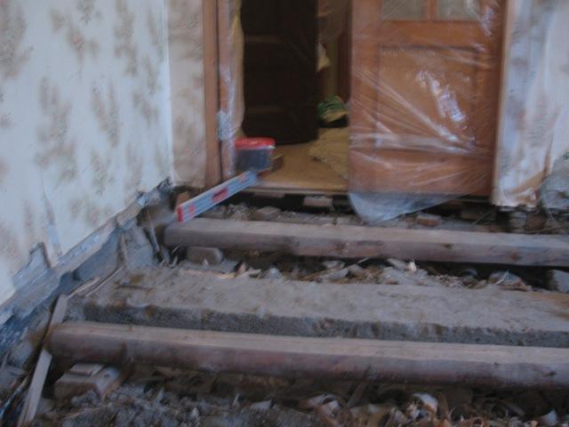 Не стоит пытаться сохранить старые доски, если на них обнаружены следы гниения, поскольку это сократить срок эксплуатации конструкции