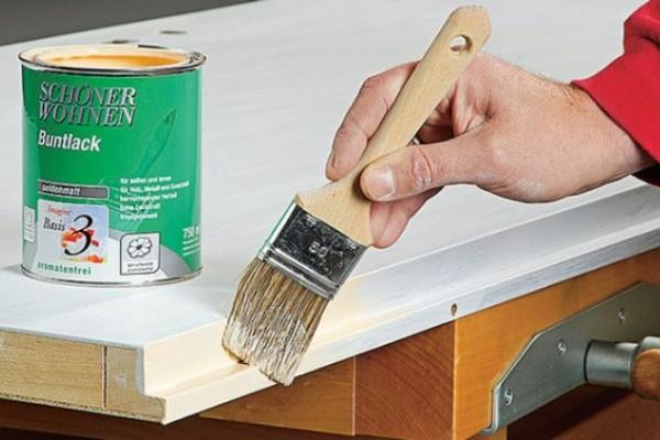 Не знаете, чем покрасить межкомнатную деревянную дверь лучше всего? Наш совет – малярная кисть