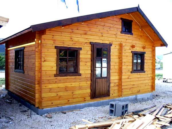 Небольшой домик из шпунтовой доски