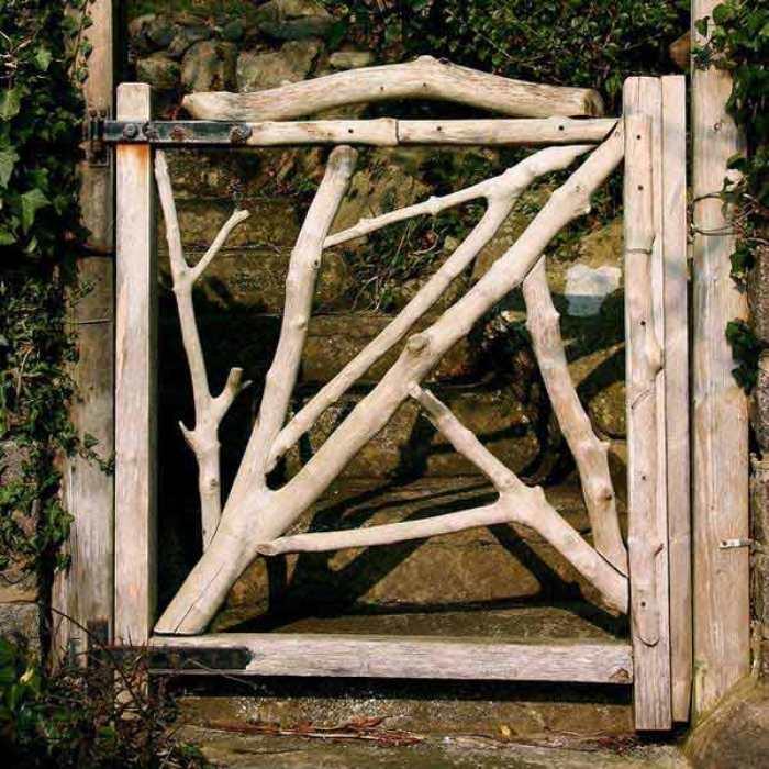 Необработанная древесина в качестве самобытного дизайнерского решения при обустройстве калитки