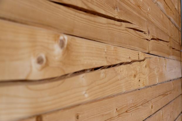 Неравномерная просушка привела к появлению трещин в стене.