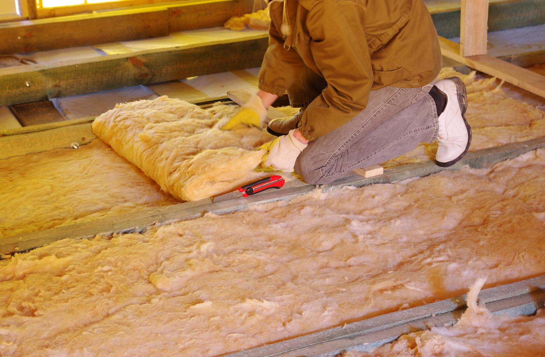 Нужная толщина утепления пола в деревянном доме может быть набрана слоями.