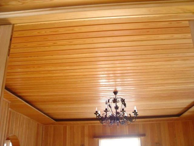 Облицовка потолка должна хорошо вписываться в интерьер дома из дерева.