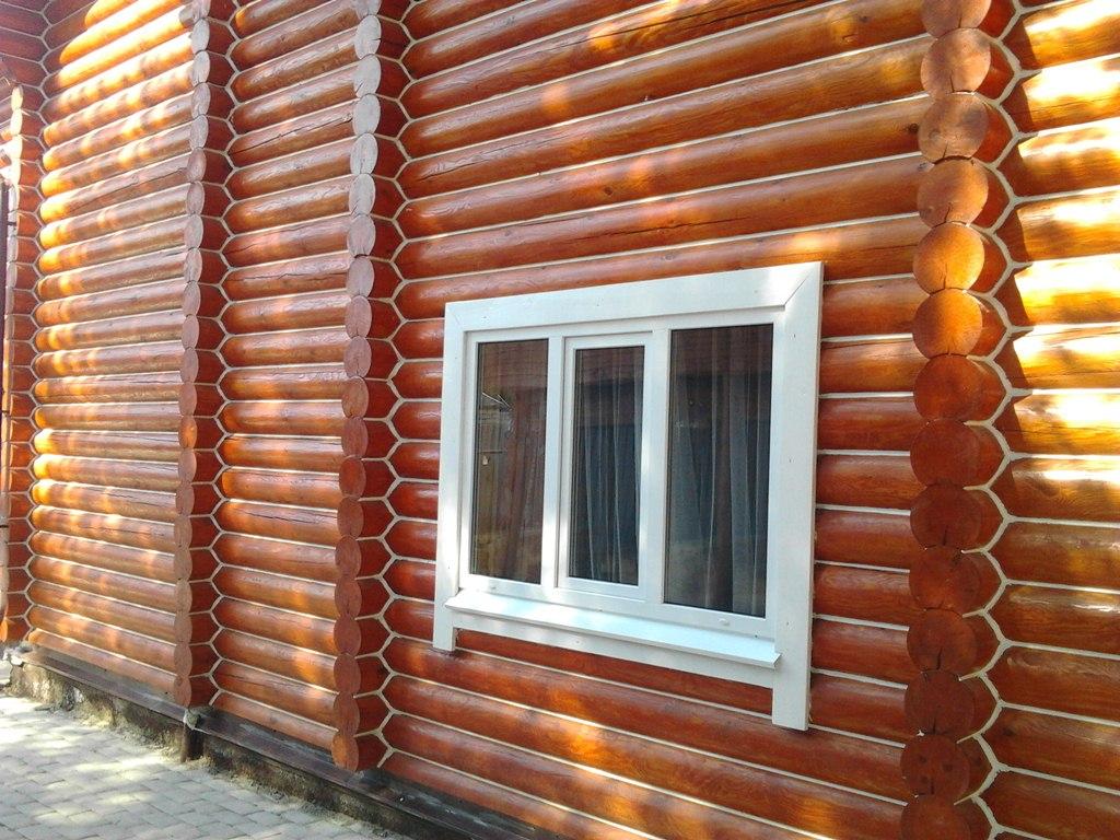 Обработанный фасад бревенчатого дома.