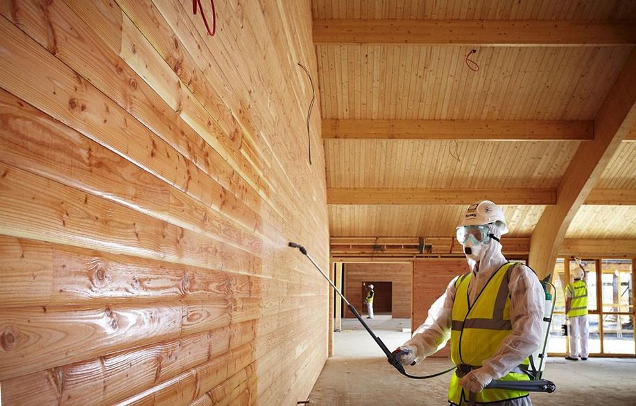 Обработка деревянной стены защитным составом