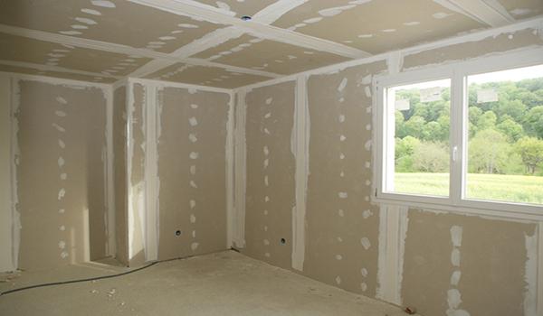 Обшитые стены в доме из бруса.