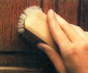 Обычная щетка хорошо подходит для удаления пыли