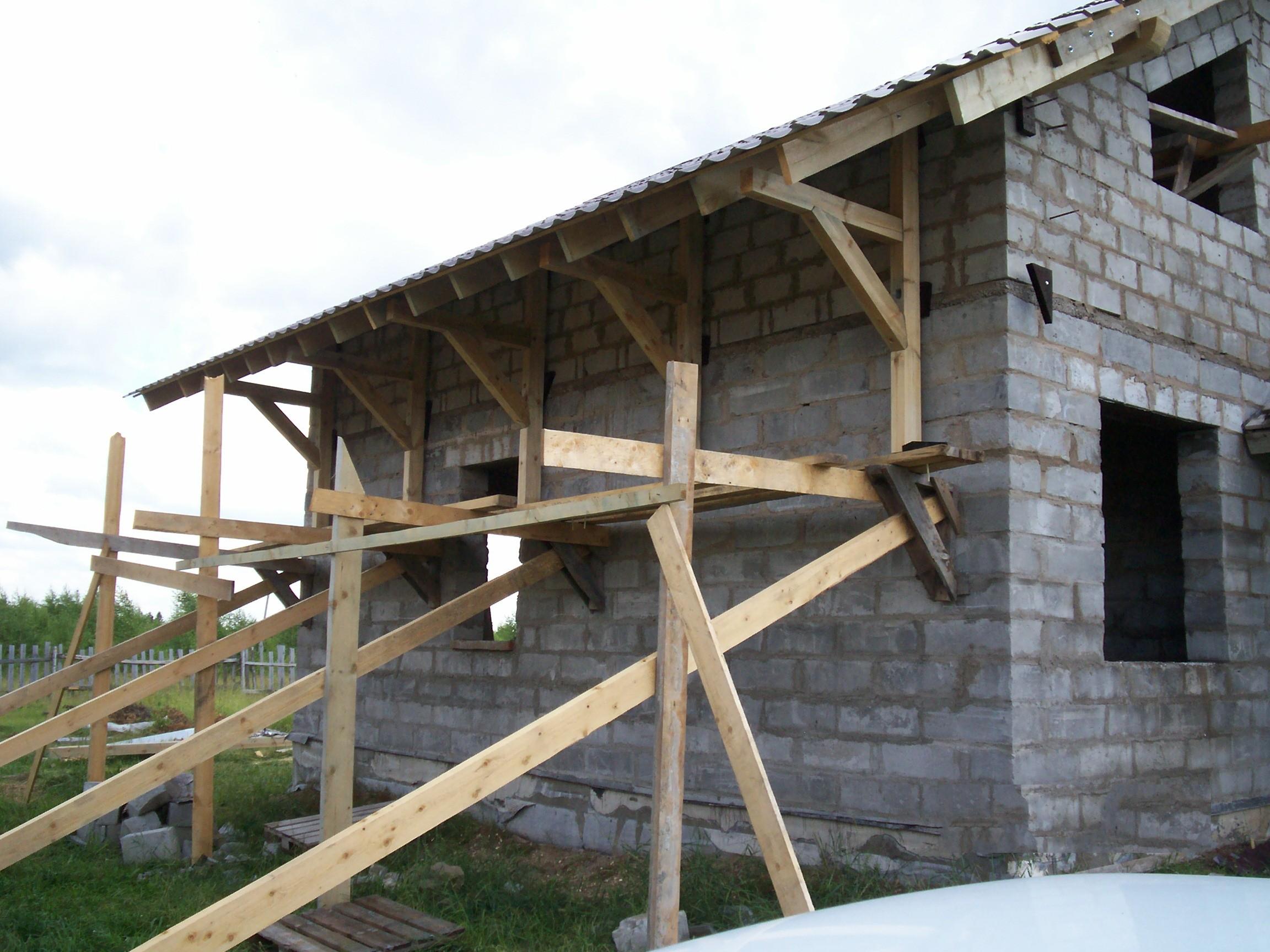 Один из вариантов конструкции деревянных приставных лесов.