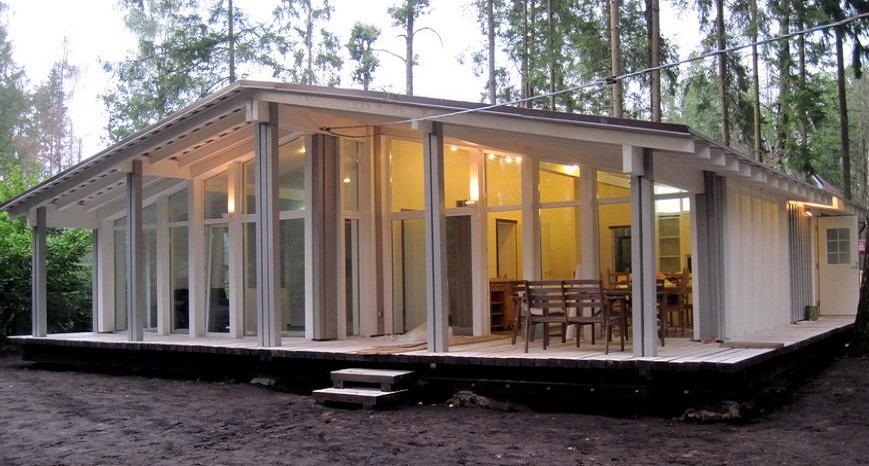 Одноэтажный дом из стекла и дерева