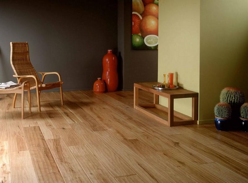 Огнестойкий лак можно наносить не только на основную конструкцию, но и на деревянную мебель, полы и ламинат