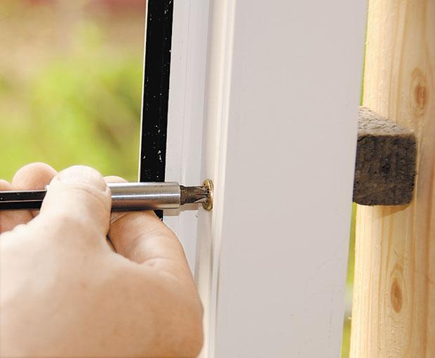 Окна крепятся через бруски, пространство между изделиями и стенами запениваются