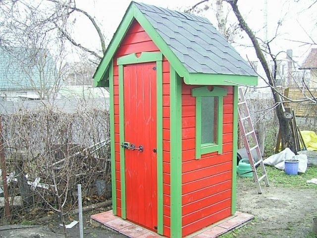 Окрашенный туалет с двухскатной крышей
