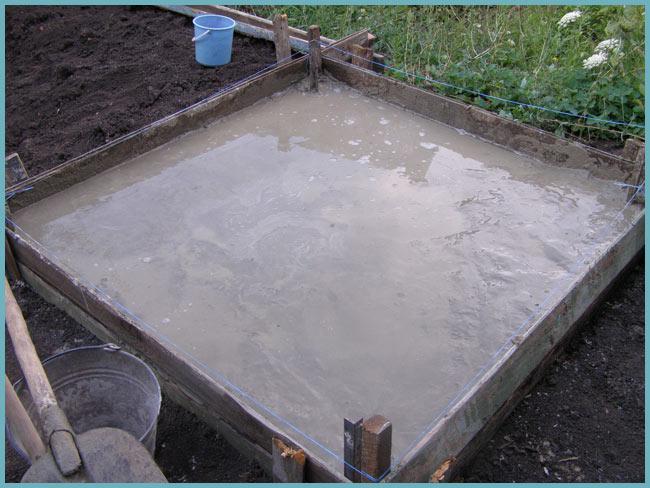 Основание должно быть выше уровня земли, чтобы вы смогли создать уклон для стока воды