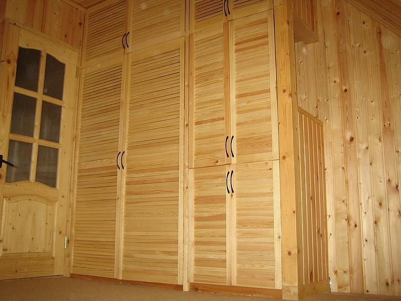 Особенно такие дверцы хорошо вписываются в деревянных помещениях, где они сочетаются с интерьером