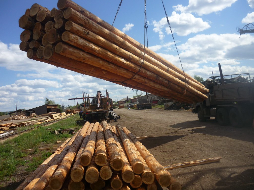 Отгрузка столбов с деревообрабатывающего комбината