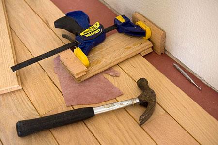 Отсутствие зазоров между стеной и досками может привести к трению при деформации настила