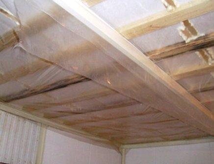 Пароизоляция для потолка в деревянном доме из полиэтиленовой плёнки