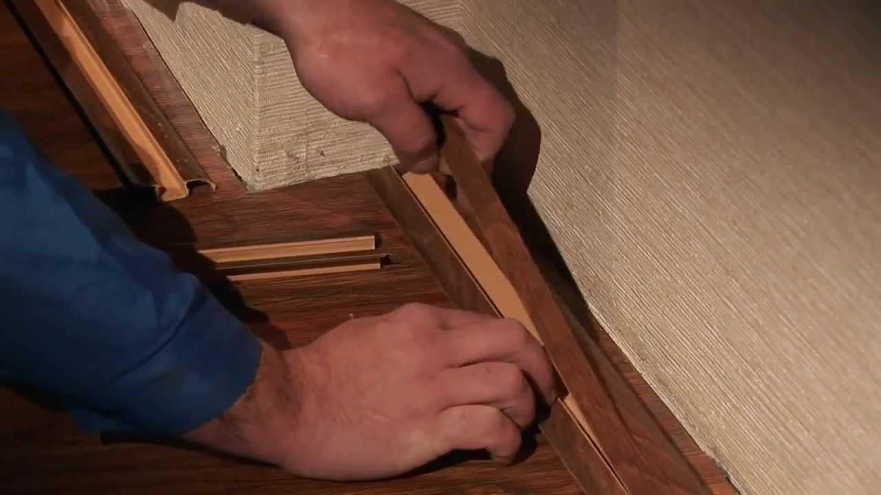 Перед тем как крепить пластиковые плинтуса к полу, снимаем крышку