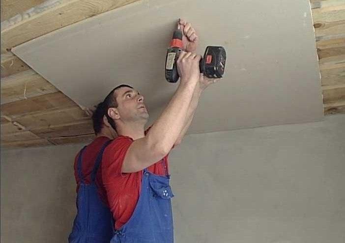Перед тем, как обшить потолок гипсокартоном в деревянном доме, его следует выровнять.