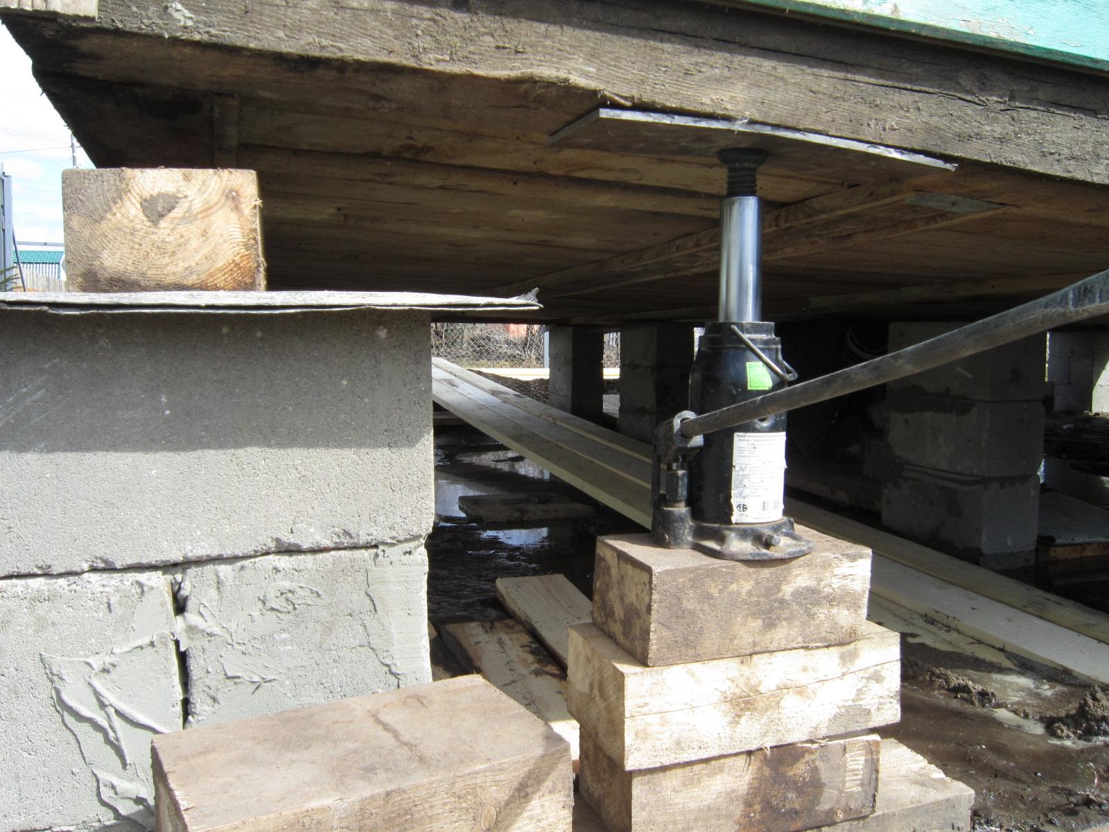 Перед тем, как поменять венцы в деревянном доме, придется приложить немало усилий для поднятия конструкции домкратами