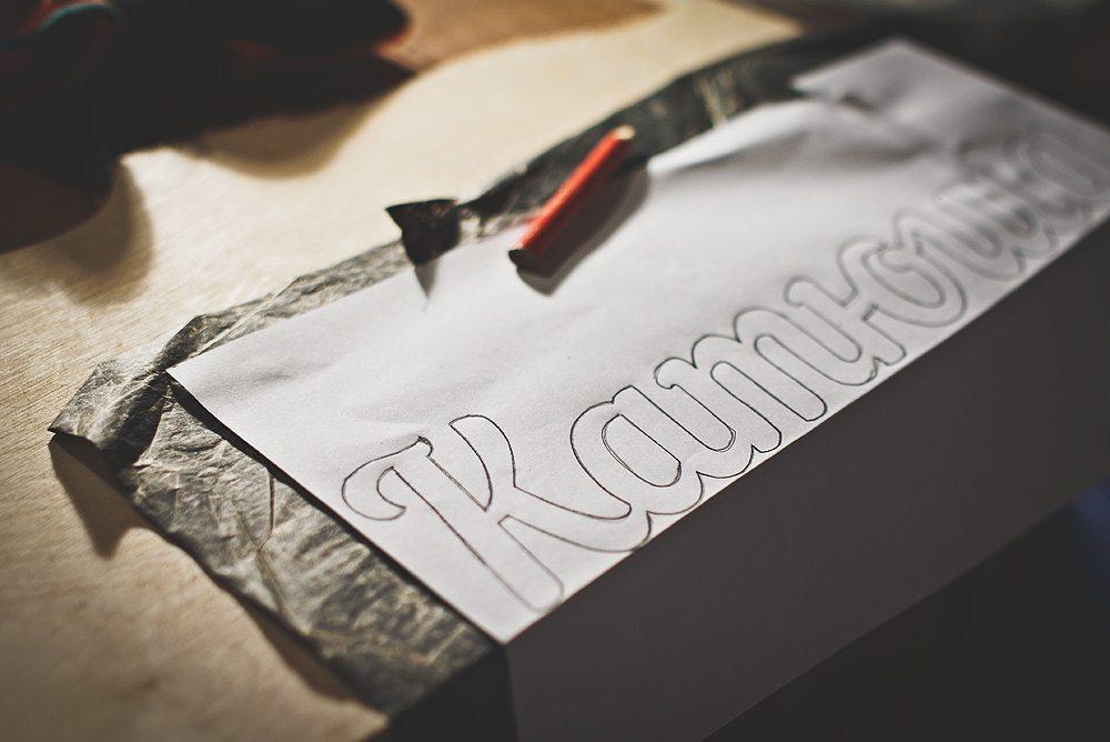 perevod-nadpisi-s-pomoschyu-kopirovalnoy-bumagi Из подручных средств делаем обалденную надпись из дерева. Как сделать надпись из дерева своими руками Как сделать из фанеры слова