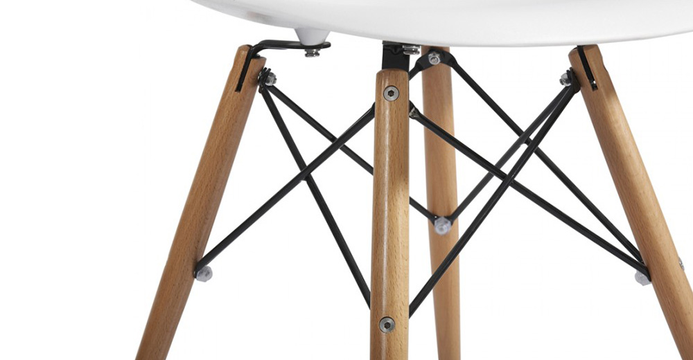 Пластиковый стул на деревянных ножках – очень модный тренд в наши дни