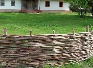 Плетеный деревянный забор – традиционное решение