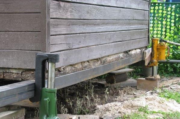 Подъем деревянного дома при помощи рамы